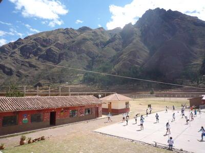 ペルーの学校で体育を教える国際ボランティア