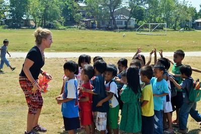 フィリピンの子供たちに体育を教えるボランティア