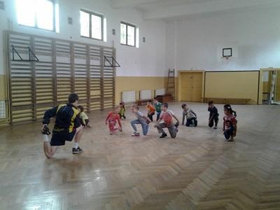 ルーマニアの小学校で体育を指導するボランティア