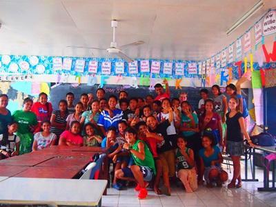 サモアのサマースクールでスポーツを教えるボランティア