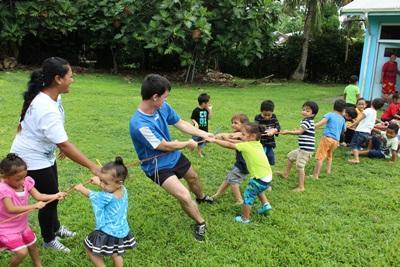 サモアで子供たちと運動をする体育ボランティア