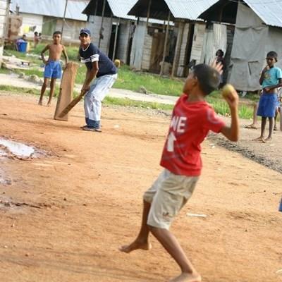 体育教師ボランティアとスポーツに打ち込むスリランカの子供たち