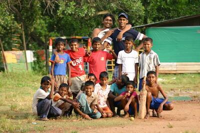 スリランカで体育を教える海外ボランティア 現地の子供たち