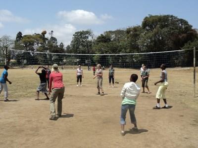 タンザニアの学校で子供たちに体育を教えるボランティアの様子
