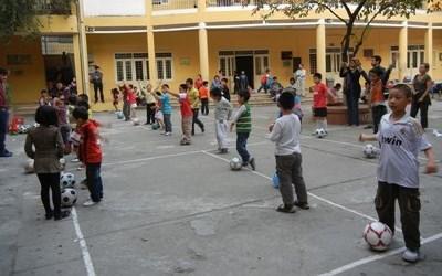 ベトナムで海外ボランティア 小学校でサッカーの授業