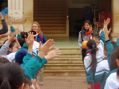 ベトナムで体育を教える海外ボランティア 生徒たちとボールゲーム
