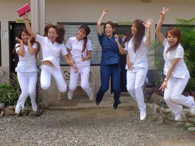 フィリピンで医療インターンシップに参加中の社会人グループ