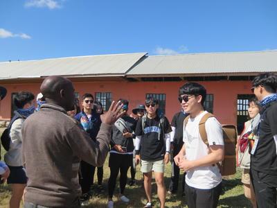 タンザニアで海外ボランティア中の大学生グループ