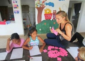 アルゼンチン、小学校で子どもに指導するプロジェクトアブロードボランティア
