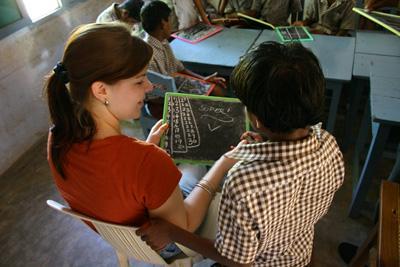 バングラデシュの小学校で活動する教育ボランティア