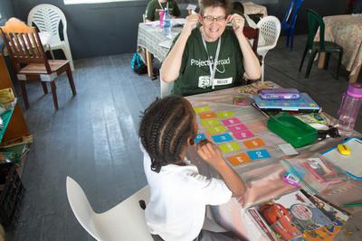ベリーズで教育の海外ボランティア 子供とゲームをするボランティア