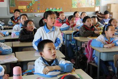 中国で英語教育に貢献する海外ボランティア 生きた英会話を習う小学生たち