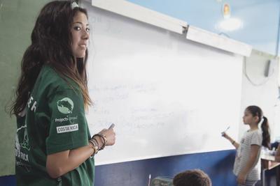 コスタリカの学校で英語教育に貢献するボランティアの様子