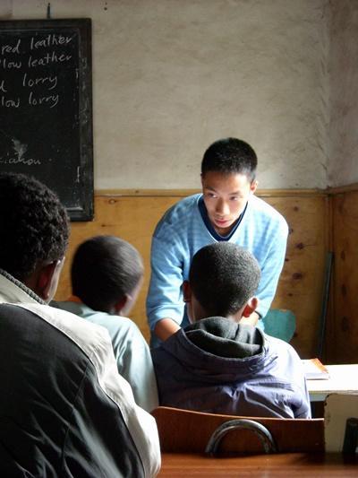 エチオピアで英語教育に貢献する日本人ボランティアの様子