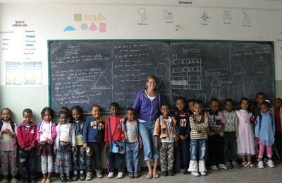 エチオピアの学校で子供たちへの教育に貢献する国際ボランティア