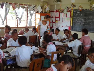 フィジーで英語の授業を行う教育ボランティアの様子