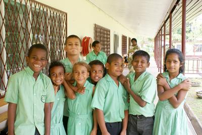 教育の海外ボランティア 元気いっぱいのフィジーの子供たち