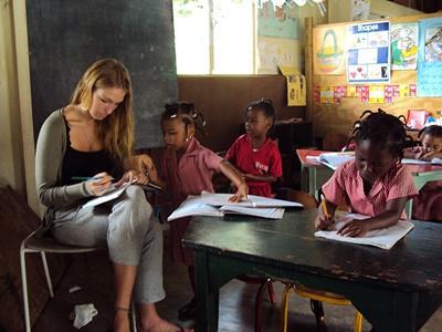 ジャマイカ、教育プロジェクト、活動中のボランティア