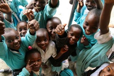 東アフリカのケニアで教育の海外ボランティア 元気いっぱいの現地の小学生