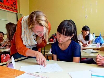 モンゴル、教育プロジェクト、授業中生徒を手助けするプロジェクトアブロードボランティア