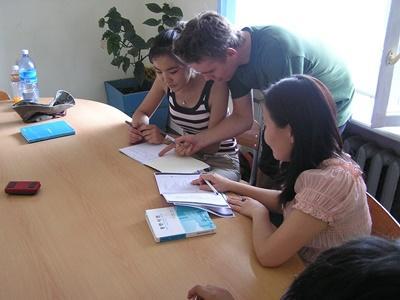 モンゴル、クラスのアシストをする教育プロジェクトボランティア