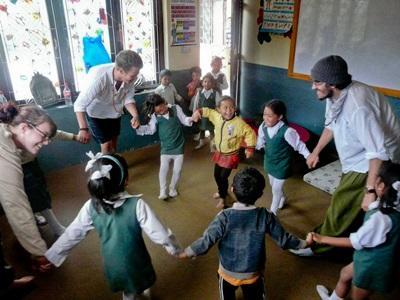 ネパール人のクラスをもつプロジェクトアブロードボランティア
