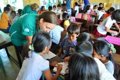 フィリピンの小学生に英語を教えるボランティアの様子
