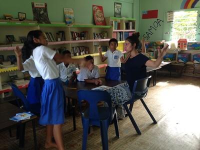 サモアの小学校でゲームをする子供たちと教育ボランティア