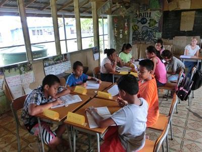 教室でグループワークをするサモア人の小学生たち