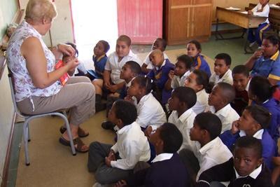 南米、クラスを指導するシニアボランティア