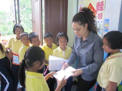 タイで教育の国際協力 英語の添削に励むボランティアの様子