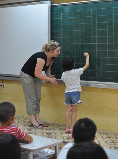 教育ボランティアの授業に参加するベトナムの生徒たち