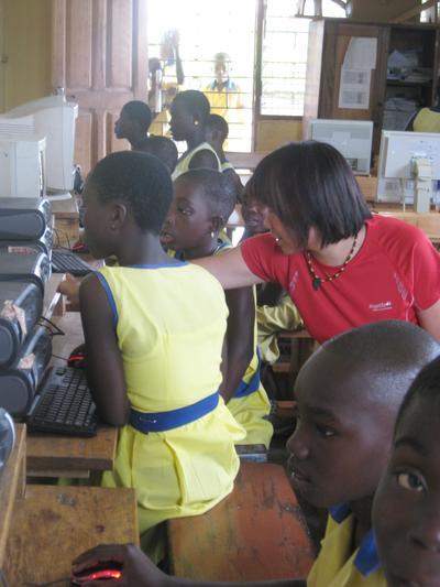 西アフリカのガーナの子供たちにパソコンスキルを教える日本人ボランティア