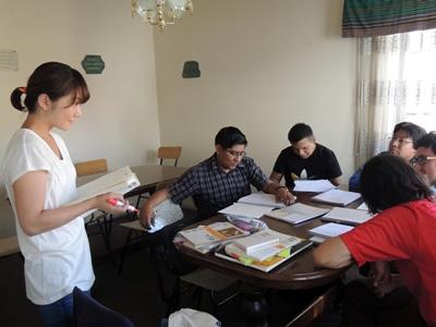 ボリビアで日本語を教える日本人ボランティアの様子