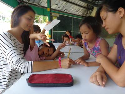 フィリピンで子供たちに日本語を教える海外ボランティア