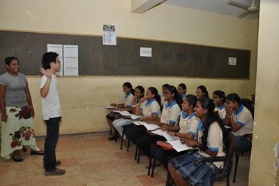 日本語教育ボランティアと一緒に日本語を学ぶスリランカの女子学生