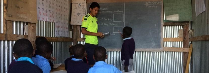 タンザニアのマサイ族の学校で活動する教育ボランティア