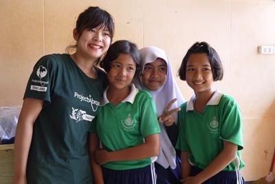 タイの学校の生徒とボランティア