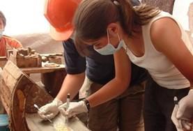 考古学プロジェクトで発掘物を観察するプロジェクトアブロードボランティア
