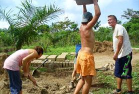 建築プロジェクトで重い材料を運ぶプロジェクトアブロードボランティア