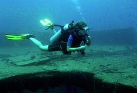 環境保護プロジェクトで海中の様子を観察するためにダイビングをするプロジェクトアブロードボランティア