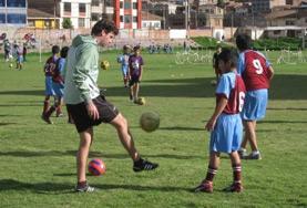 スポーツプロジェクトで海外でサッカーを教えるプロジェクトアブロードボランティア