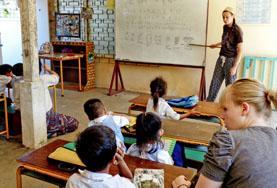 授業をするプロジェクトアブロードボランティア