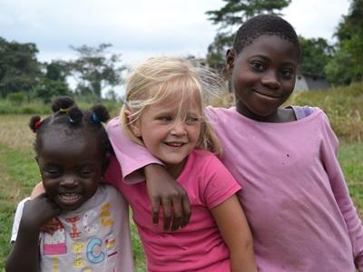 現地の人と女の子プロジェクトアブロードボランティア