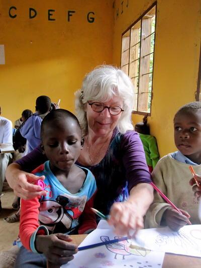 タンザニアで子供のケアに貢献する海外ボランティア