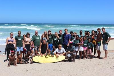 プロジェクトアブロード南アフリカ ボランティアと地元の子供たちの集合写真