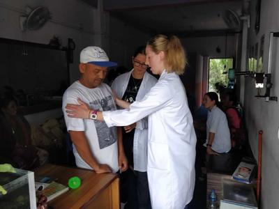 ネパールで医療ボランティアが医師による診察をサポート