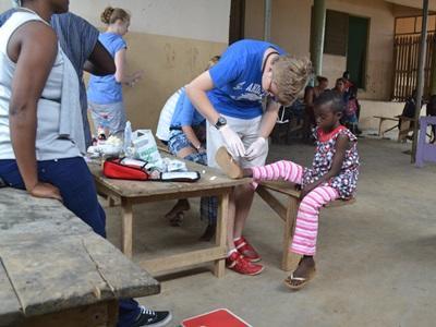 ガーナ、医療プロジェクト、子供達とプロジェクトアブロードボランティア
