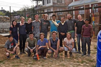 ネパールで一丸となって学校再建に取り組む建築ボランティアたち