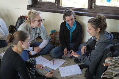 ネパールの子供たちのためにアクティビティを企画するボランティアたち